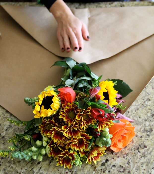 How to wrap flowers in paper